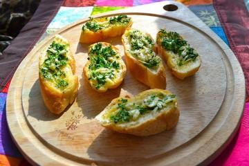 Cách nướng món bánh mì bơ tỏi bằng lò vi sóng