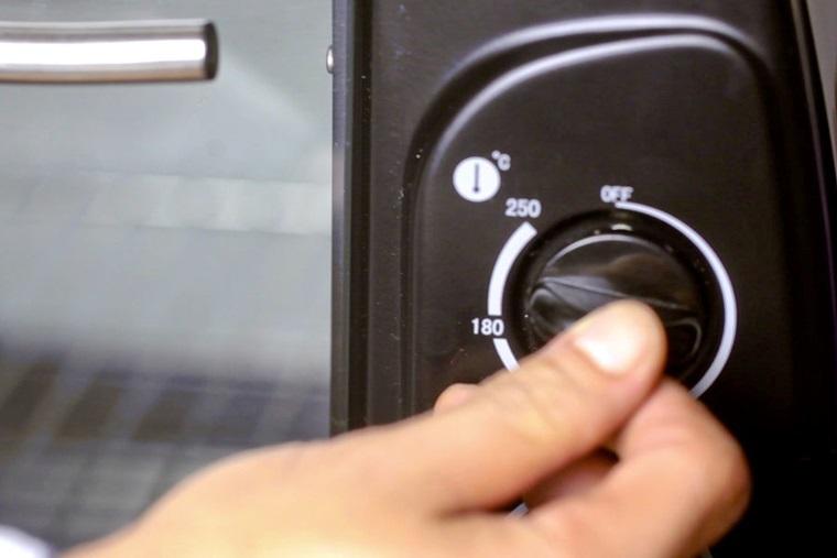 làm nóng lò nướng trước khi nướng bánh