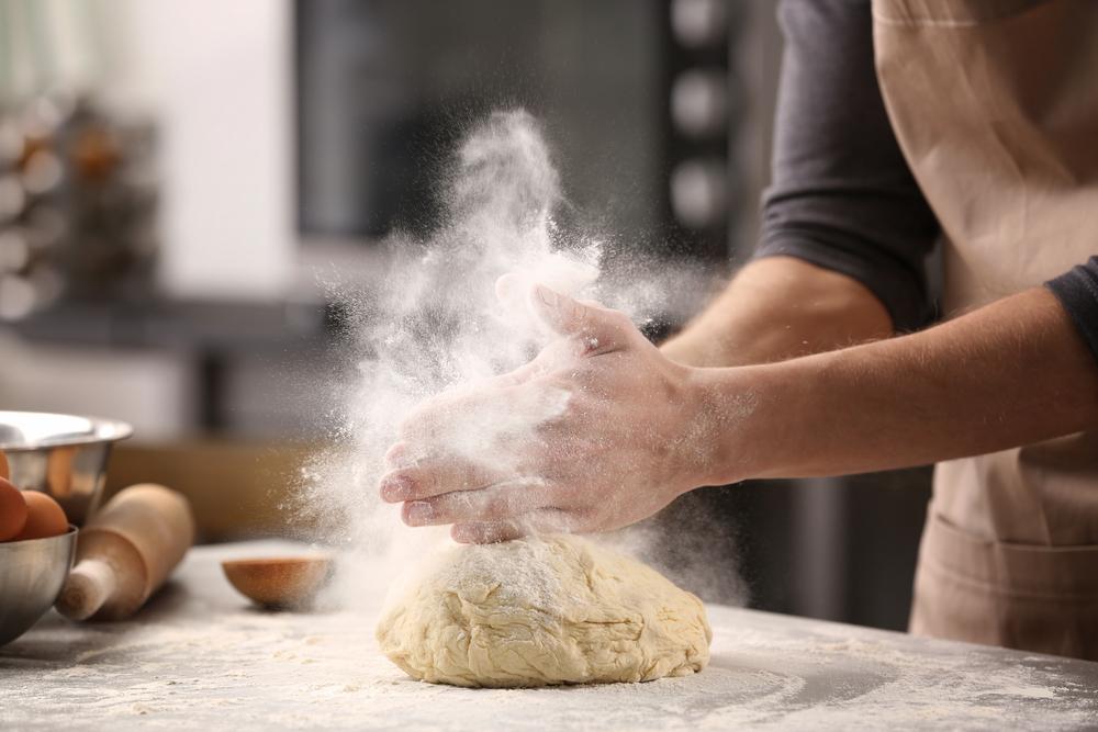 rắc bột làm bánh